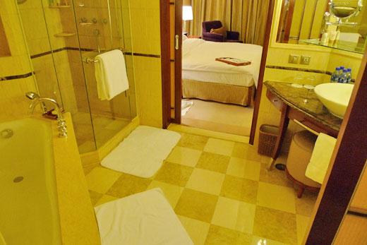 セントレジス上海のバスタブとシャワー・洗面コーナー