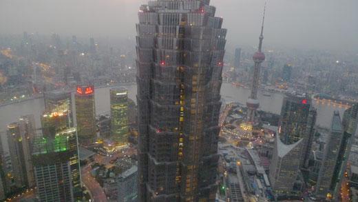 パークハイアット上海から眺めた夕暮れ時の巨大都市上海