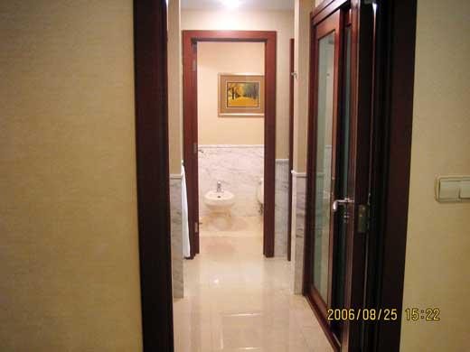 部屋入口ホワイエからのバスルーム