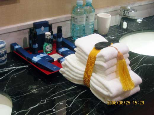 ラッフルズ北京ホテルのアメニティーとタオルセット