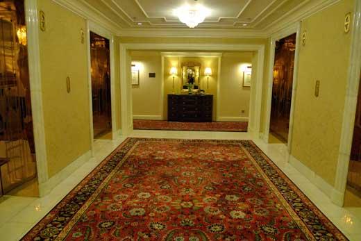 赤の絨毯が映えるエレベーターホール