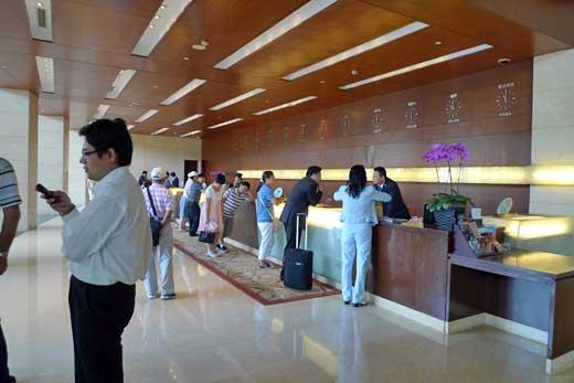 北京飯店のレセプションカウンター