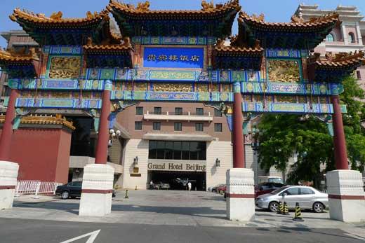 貴賓楼飯店入口にある大門