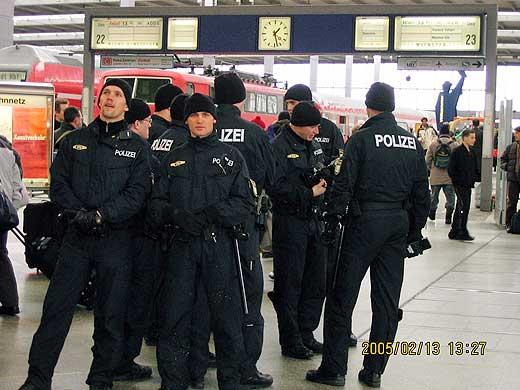 ミュンヘン中央駅構内で警備している若い警察官