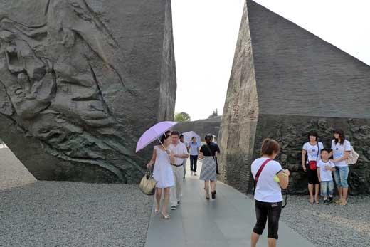巨大な三角形のレリーフ彫刻