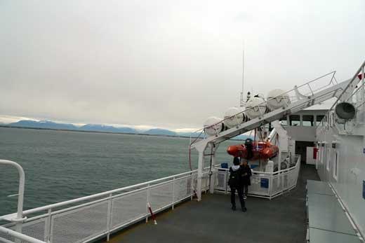 ビクトリアに向かう船内デッキ